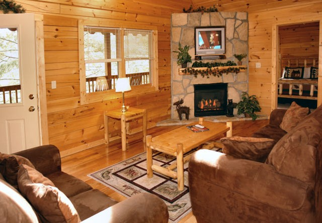 Gatlinburg pet-friendly 4 bedroom cabin - living room | Diamond Mountain Rentals